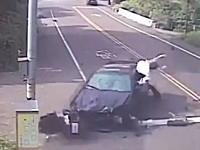 男子高生の運転する車がカーブでコントロールを失いスクーター2台を吹っ飛ばす