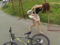 お姉ちゃんの巻きスカートが引っかかってパンツモロ見えwww軌跡の瞬間が撮れたヘルメットカム。