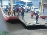 めちゃくちゃ危ない。切断されてもおかしくなかった。渡し船からいち早く降りようとした男性が。
