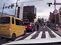 違反者を捕まえるのは良いけど警官の飛び出し方が危ないドライブレコーダー映像。