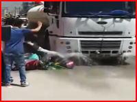 不運すぎる・・・。選挙の応援車に頭を踏まれて亡くなったライダーのビデオ。