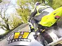 マン島TTレースではプラクティスから頭のネジが完全に飛んでいる走行が行われる。