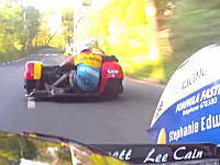 マン島TTレースでこれが一番キチガイだと思う。マン島TTサイドカープラクティスの様子。