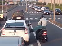ボコられるプリウス(´・_・`)栃木で撮影されたDQNスクーター乗り。ミラー破壊w