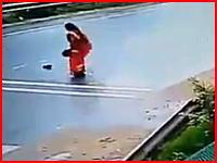 路上の落し物を拾いに出た女性がモロにはねられてしまう(@_@;)