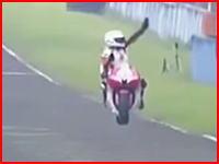 アジアロードレース選手権で勝利して喜ぶライダーに後続車が突っ込み左足を破壊する激ヤバ動画像。