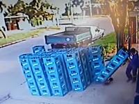 倒れかけたビールケースを元に戻そうとして被害が拡大してしまう悲しいビデオw