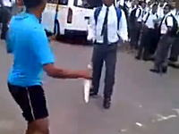 包丁を持った男に素手で挑んだ高校生が刺されてしまう動画(´°_°`)ニゲテよ・・・。