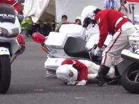 女性隊員の白バイ同士が交差でドシャッ!と衝突してしまうビデオ。白バイ壊れた(´・_・`)