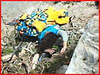 登山中に地震に遭い落石を食らって亡くなった登山客たちの写真。ヴィア・フェラータ