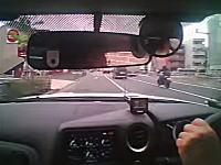 右足GJ動画。これはよく止まれたな。信号待ちの車列から飛び出した子供をギリギリブレーキ