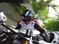マン島TT動画。レーシングスピードで歩道に乗り上げてしまったライダー。死にかけやろこれ。