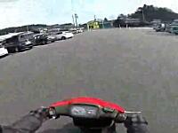 これは一発免停。チューンアップした原付で85km/h超えスピード違反動画をネットに投稿。