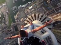 こんな所に立って大丈夫なハズがない(@_@;)地上414メートル。超高層ビルの先っぽに立つ男たち。