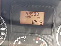 キリ番。記念すべき瞬間を祝う。車の走行距離計を手撮り。99999⇒