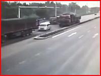 車なんて大型トラックに挟まれたら簡単にペシャンコに。な事故の瞬間(°_°)