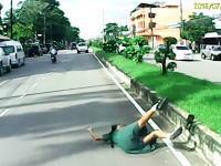 これは予測すべき。横断歩道の女学生を吹っ飛ばしたドライブレコーダー。