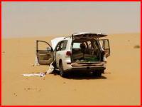 砂地に放置されたレクサスから干からびた人間が発見される。動画像。再生注意。