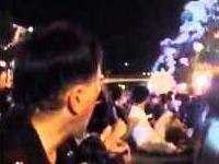 「ヤバいヤバい」富士まつりの花火大会で花火が観客席に落ちてきて5人怪我。その映像。「キャーッ!」