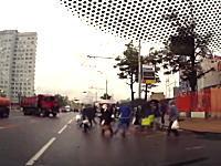 道路を渡ろうとする一団にスピンしたダンプカーが突っ込んでくる恐ろしいビデオ。