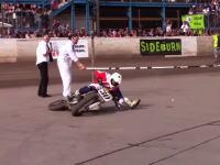 何これ凄い。バイクでズサーッ!しながら低いバーをくぐる。バイクリンボーが凄い動画。