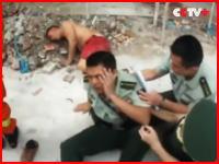 飛び降りた自殺者を助ける為にキャッチしようとした警官。勇敢すぎるだろ。