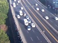 交通事故の瞬間って上から見ると結構面白いかも。8台くらいが絡む多重追突の瞬間。