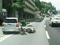 歩道乗り上げ駐車していた車に原付の兄ちゃんが追突する瞬間。痛そう(@_@;)