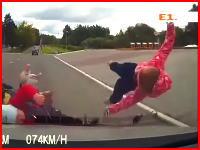 これはパパが悪い。横断中のベビーカーと子供がぶっ飛ばされる瞬間。