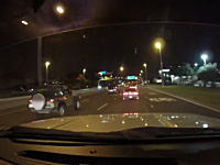 高速道路で大事故の瞬間。前を走るジープがバリヤに突き刺さった!にドーン。