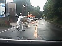この警察官の誘導方法wwwこれは誰でも勘違いしちゃうだろwww