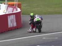 Moto3オランダGPで奇妙な恰好でチェッカーフラッグを受けたニクラス・アジョ。解説も笑うww