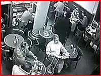 カフェの店内で堂々と行われた殺人事件の映像。犯人はその場で自殺。