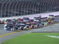 フェンス完全破壊。NASCARでチェッカー直後に観客5名も負傷する大事故が発生する。