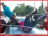 ぶっ飛ばされる女子たち。路上で荒れている女子たちに車が体当たりをかます。