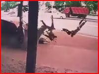 こんな事故ひどすぎる。歩道に猛スピードの車が突っ込み歩行者が死亡。その瞬間。
