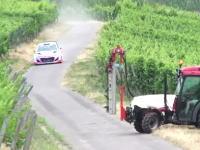 ラリーカーが爆走するコース上にトラクターが!フルブレーキングでギリギリ動画。