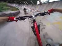 最高時速62キロ。使われなくなったボブスレーのコースを自転車で駆け抜けてみた。