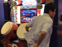 画面が見えない位置から叩く。日本の太鼓の達人の達人の映像が海外で話題に。頭でも叩く。