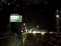 これは怖い!雨で視界の悪い京葉道路で単独スピンした車が目の前に!