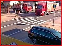 横断歩道を渡ろうとした母子が大型ダンプに轢かれてそのままズリズリと・・・。