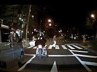 威嚇加速。横断歩道にまだ残っている歩行者に衝突ギリギリまで加速する軽四とバイク。