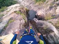 着水時のスピードは123km/h!狭い滝壺に58.8メートルの高さから飛び込む挑戦。