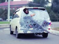 悪ふざけすぎwww車のリアに友人をダクトテープで張り付けて街を走ってみた。