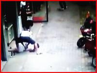 私怨か。ワンピース姿の女性が路上で包丁を持った男にめった刺しにされる。中国。