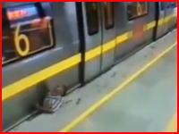 これは事故なのか自殺なのか。電車とホームの間に挟まれて亡くなった男性のビデオ。