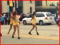 ストリートをパレード中のダンサーに超速のバイクが突っ込むショッキングな事故の瞬間。