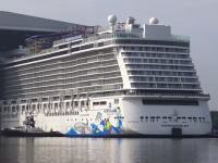 こういう巨大客船一度は乗ってみたい。新しく建造されたノルウェージャン・エスケープがドックから出てくる様子。