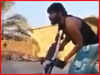 シリア動画。敵ISISのスナイパーにヘッドショットされたシーア派の戦闘員。