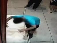 美術展に展示していた約2億円の絵画が参観者の不注意で破損。その映像。